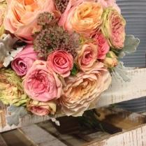 Ram amb roses amb aspecte antic i fulles de seneci. Rústic 100%!